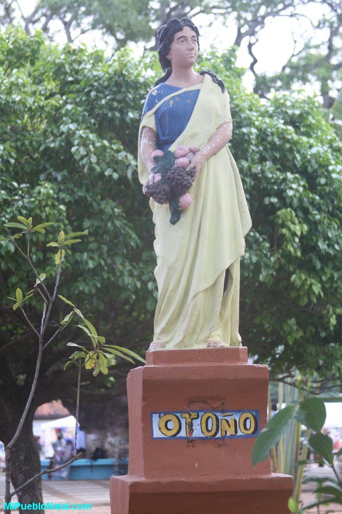Estatua del otono en elparque central de Trujillo, colon